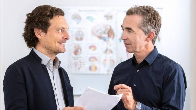 PD Dr. Alexander Hapfelmeier (l.) und Prof. Bernhard Hemmer (r.), Dekan der TUM Fakultät für Medizin.