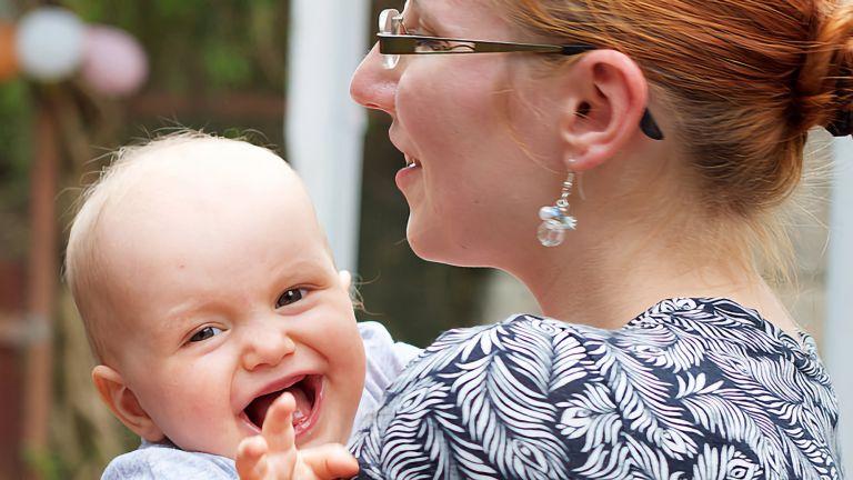 Babys sind in der Lage, schnell und scheinbar mühelos eine so komplexe Fähigkeit wie Sprache zu erwerben. Schon in den ersten sechs Lebensmonaten entwickeln sie dafür grundlegende Fähigkeiten.
